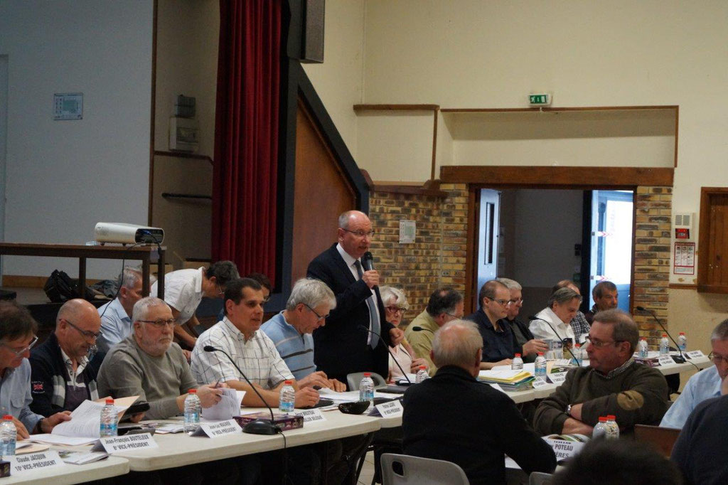 Debout : Etienne Haÿ, Président de la Communauté d'Agglomération de la Région de Château-Thierry.