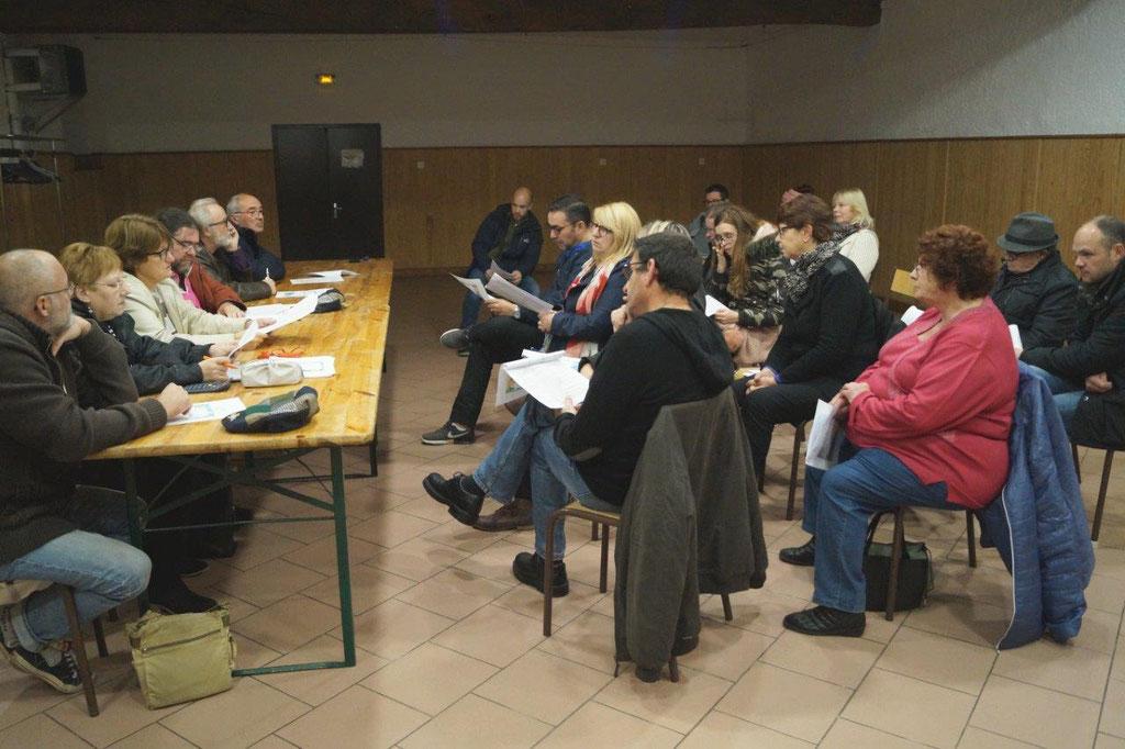...devant les adhérents de l'association, rassemblés dans la salle des fêtes de Saint-Eugène.