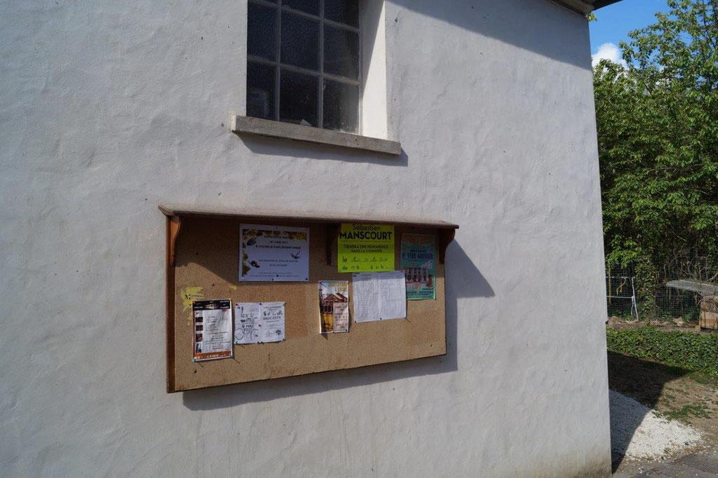 La Chapelle-Monthodon : le panneau d'affichage d'expression libre situé rue Bas-Village.
