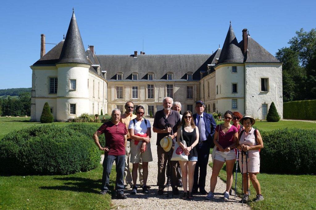 Les participants de la randonnée patrimoniale de la Vallée du Surmelin font une halte au Château de Condé pour découvrir l'exposition Réconciliations.