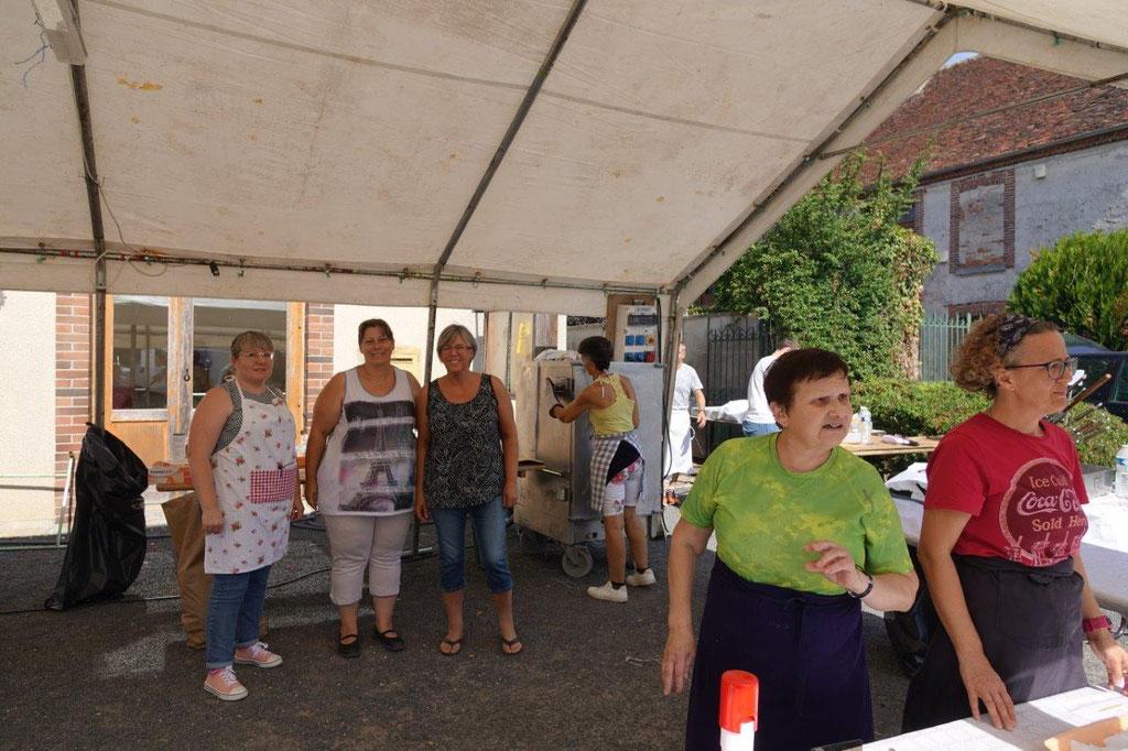 Au second plan, à droite : Maria Henry, présidente du foyer rural La Grange Fromentine, avec les bénévoles en charge de la restauration.
