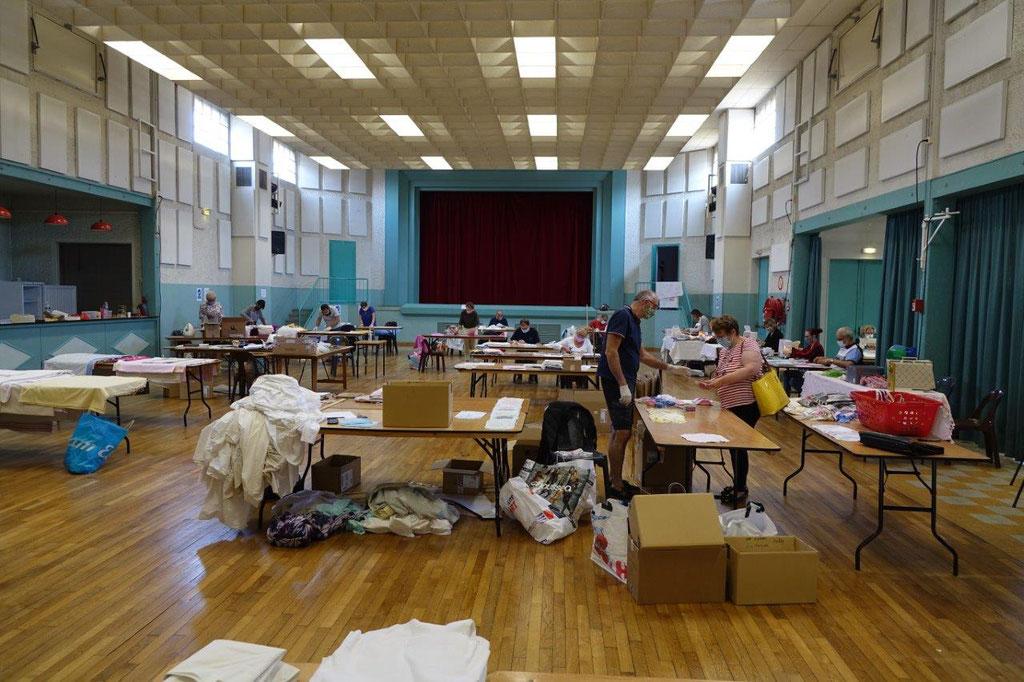 La salle des fêtes est devenue un atelier couture.