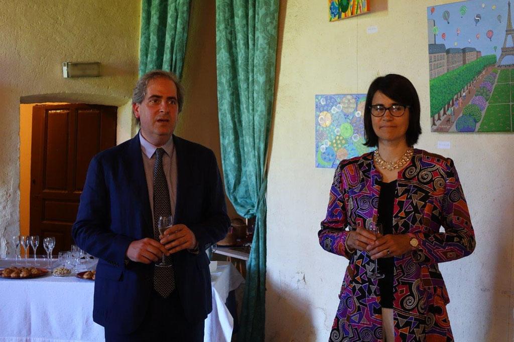 De gauche à droite : Aymeri de Rochefort et Florence de Bretagne accueillent les visiteurs lors du vernissage...