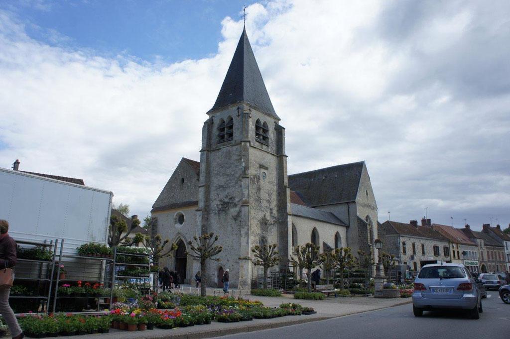Fleurs et plants ont investi la place de l'église en ce premier dimanche de mai.