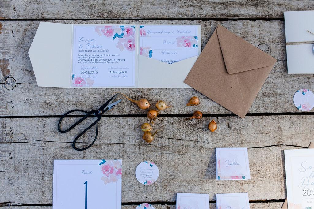 Pocketfold-Einladung, Hochzeitseinladung, Juhu, Papeterie, Kraftpapierumschlag, Kraftpapier, Hochzeitspapeterie, Mirjam Wilde, Lisa Wagner, Pastell, mint, apricot, rosé, Hochzeitsset, Papeterie, individuell, Boho, rustikal, Vintage