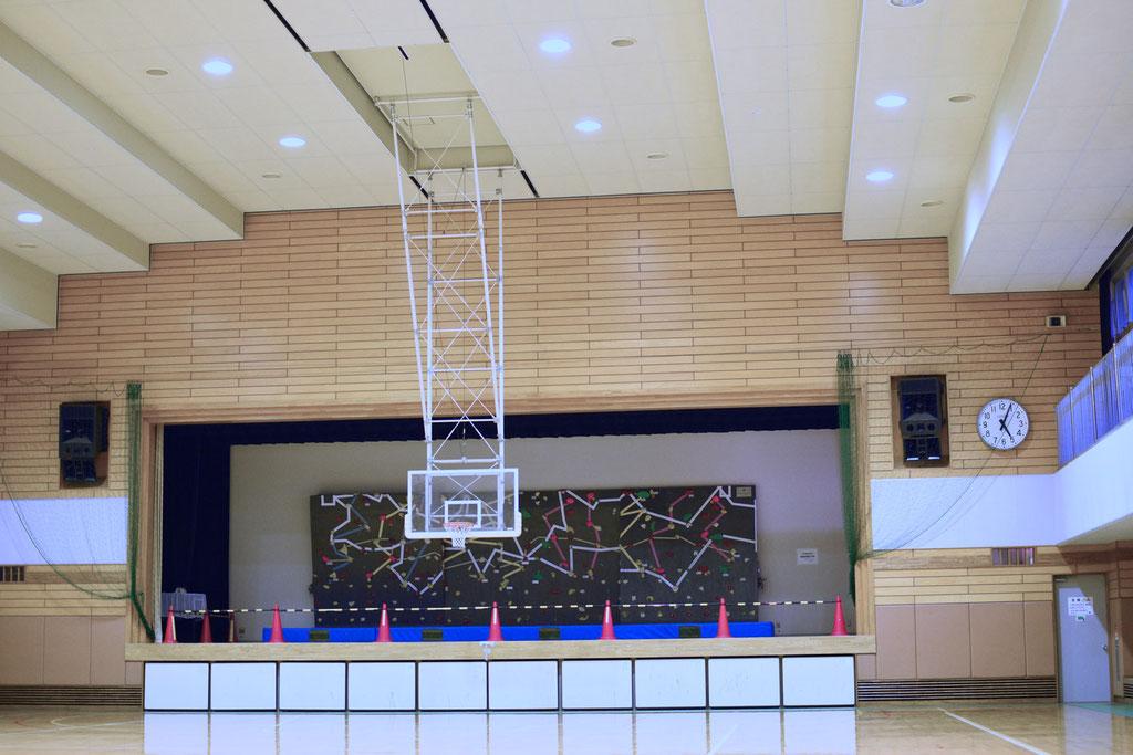 体育館の天井は音響を考慮した作りになっている