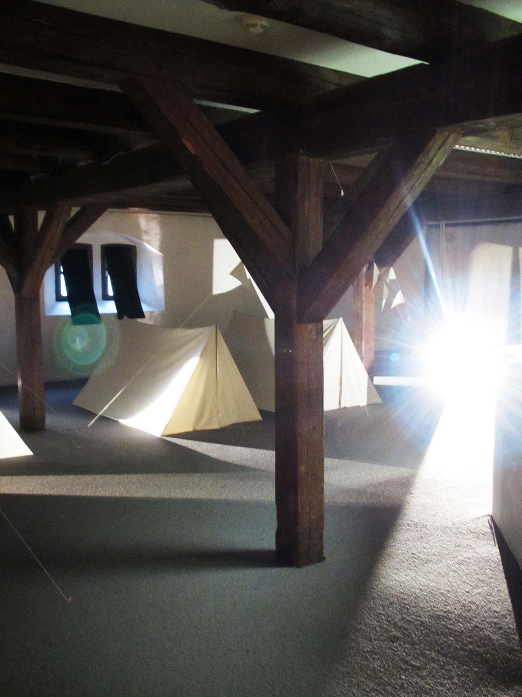 Sommergäste | Baumwollstoff, Bambusstangen, Schnur, Projektoren, Spiegel | 2014