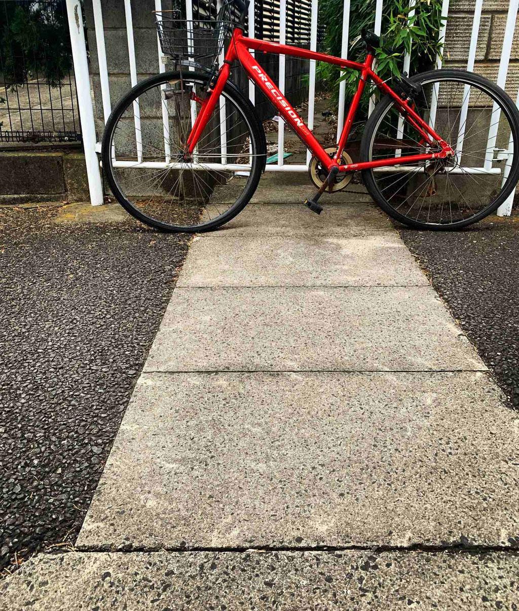 暗渠と赤い自転車