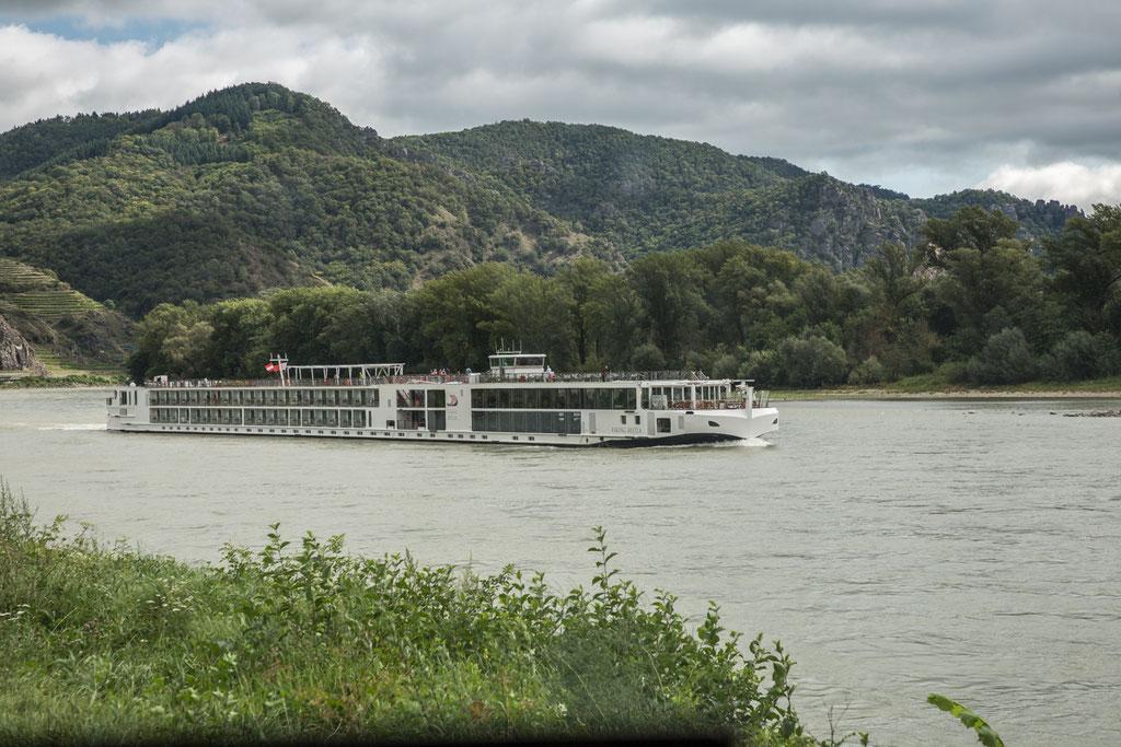 Auf der Donau ist viel Betrieb