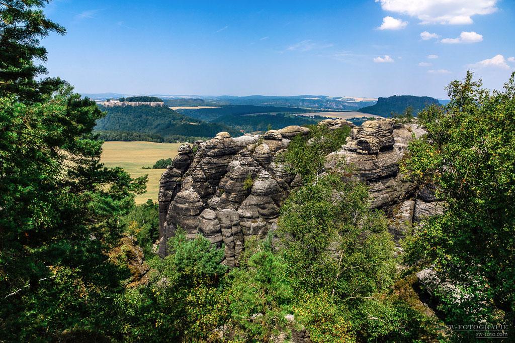 Auf dem Pfaffenstein mit Blick auf Königstein, Bastei und Lilienstein