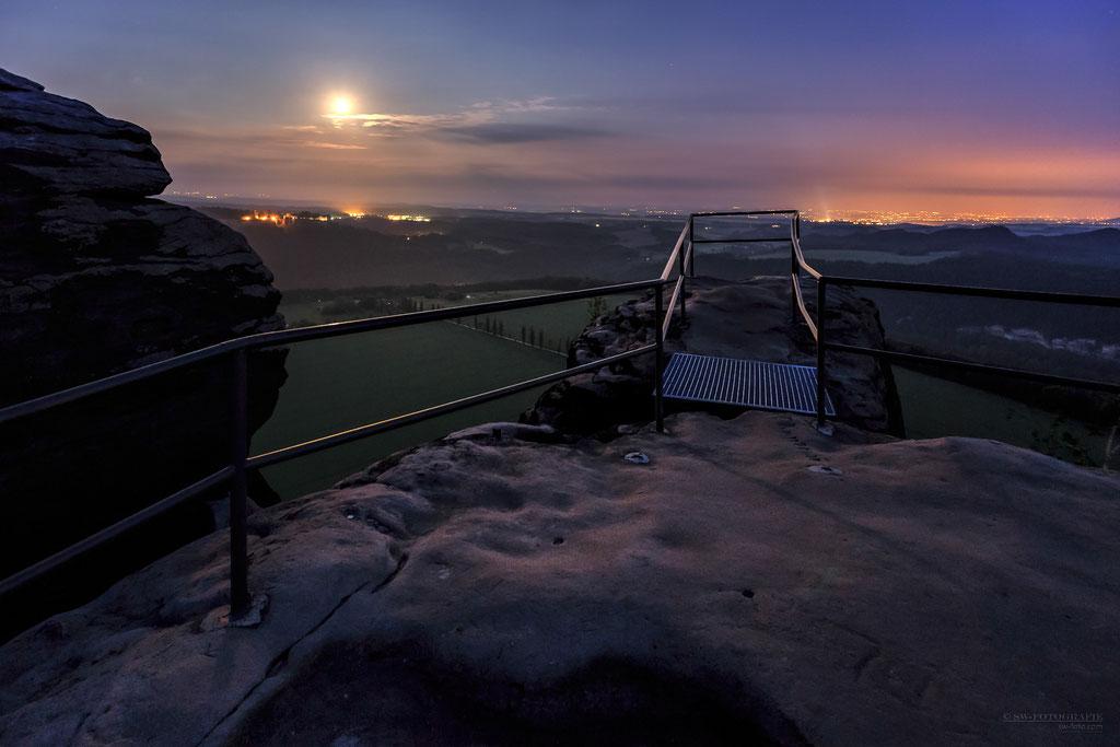 Morgens um 4.00 Uhr auf dem Lilienstein mit Blick auf Königstein und Pirna