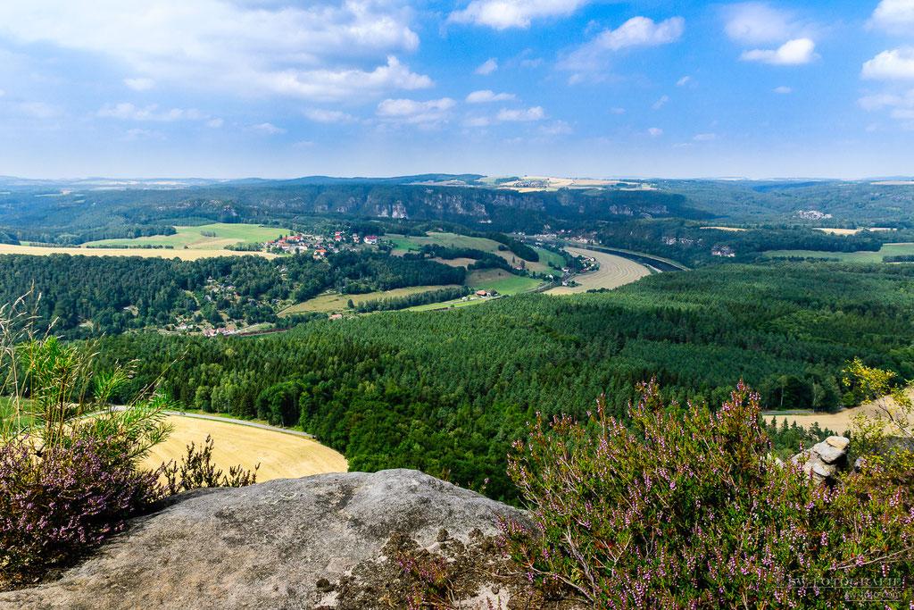 Auf dem Lilienstein mit Blick auf die Elbe und Bastei