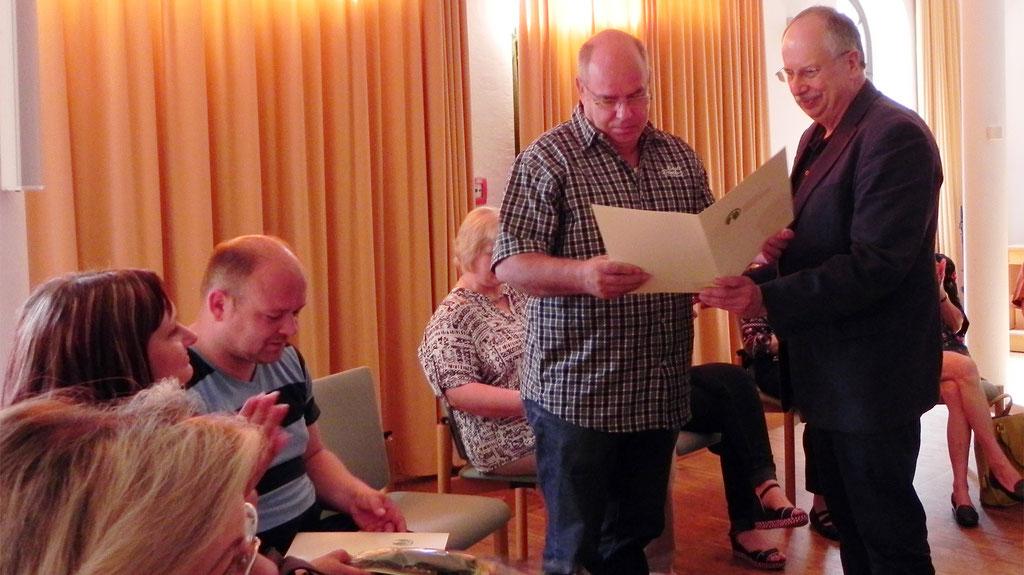 Stiftungsdirektor Andreas Schindler überreicht die Zertifikate