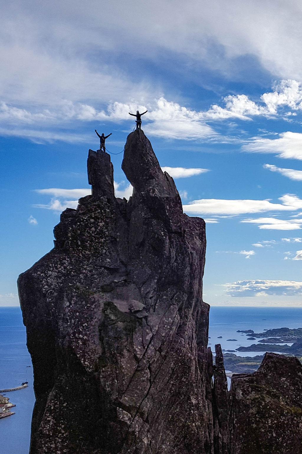 Domi und Bella auf dem Gipfel der Svolværgeita