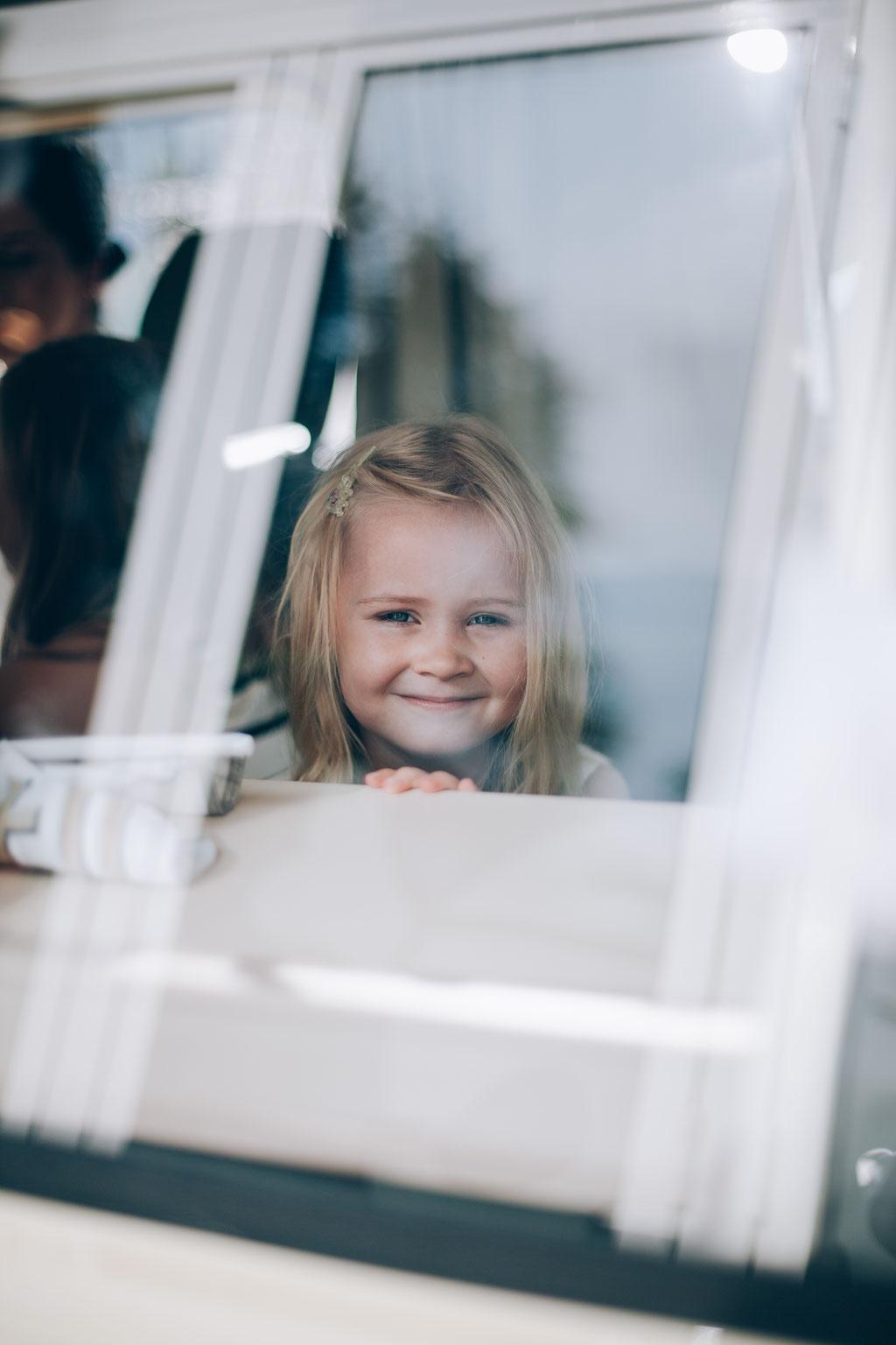 Hochzeitsfotograf-Rostock Hochzeitsauto-Glückliches-Kind