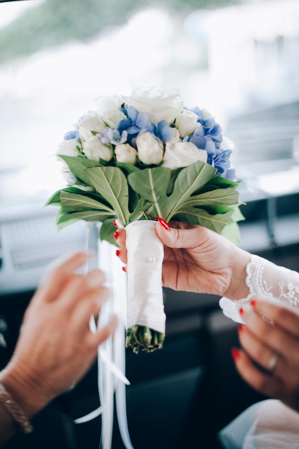 Hochzeitsfotograf-Rostock Brautstrauß im Hochzeitsauto Oldtimer