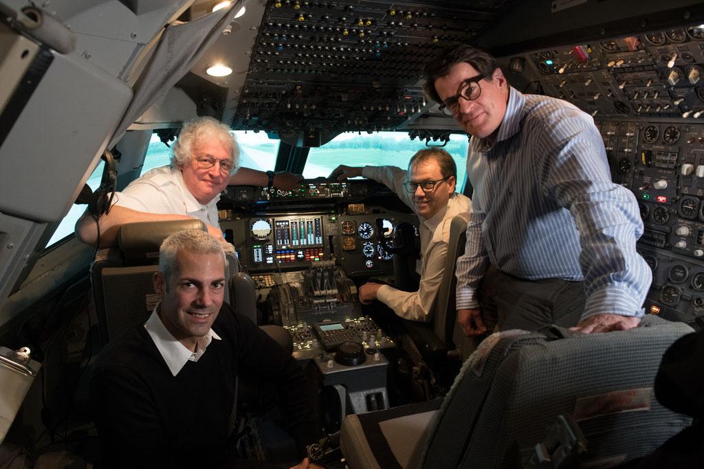 Vorne links kniend Gunnar Jansen – Leader Patouille Suisse, rechts Dr. med. Ralph Läubli beide von Nodus. Hinten links P. Krüsi Engineer und rechts T. Binz, Verantwortlicher SimCenter des AFC.