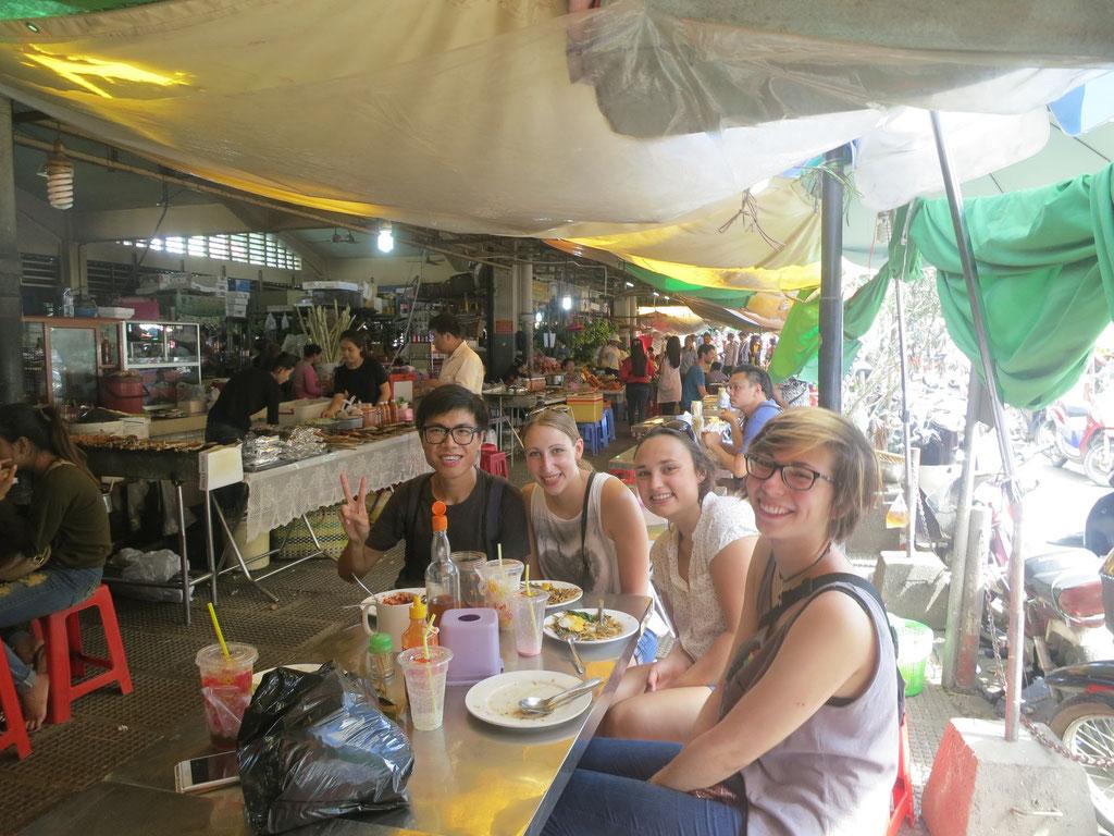 NIrgendswo gibt es so günstig Mittagessen, wie auf dem Markt: Allen, Julia, Eileen, Inka