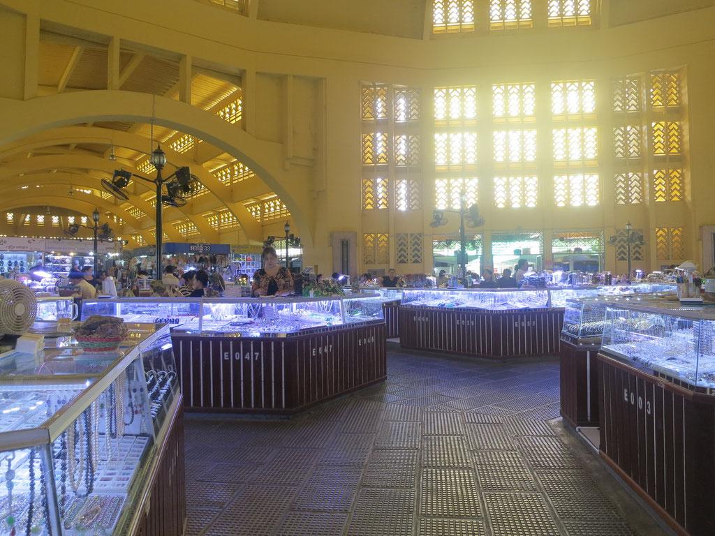 Central Market Haupthalle: Alles ist voll mit Schmuck-Krimskrams
