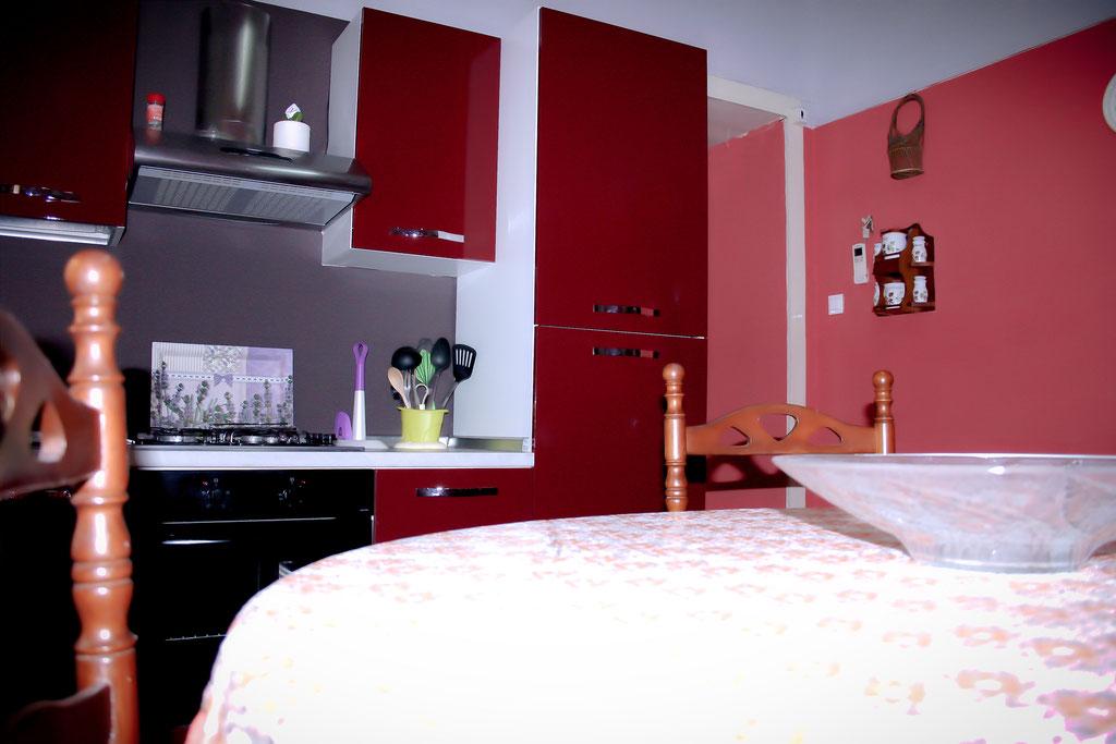 Moderne Küche in warmen Farben.
