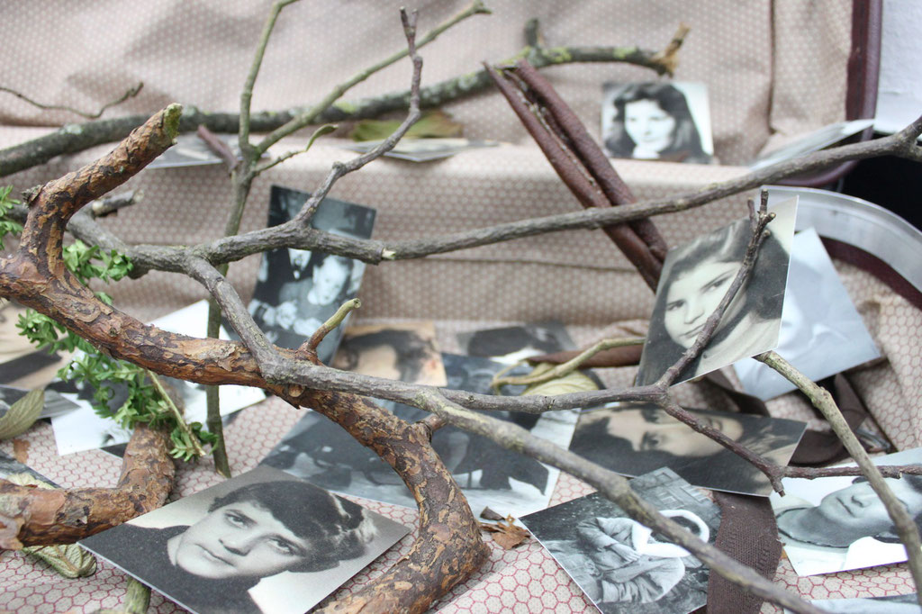 encumbrace/ suitcase with old pictures