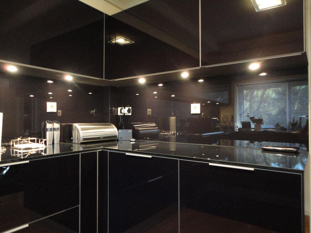 γυάλινη επένδυση σε όλη την κουζίνα, σε πάγκο κουζίνας σε πλάτη κουζίνας σε ντουλάπια κουζίνας Ιορδανίδης Τζάμια