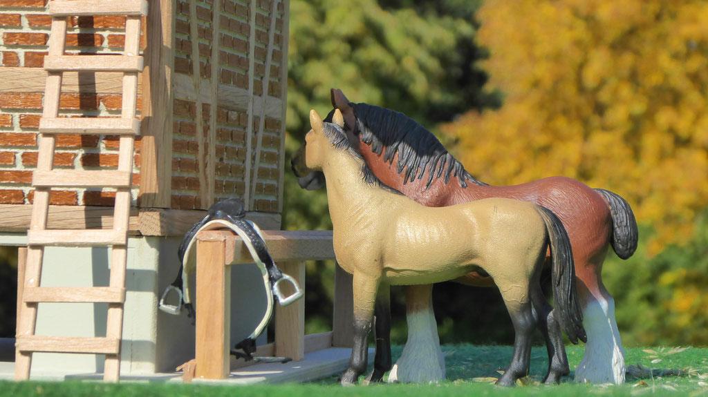 Schleich Pferde werden gesattelt