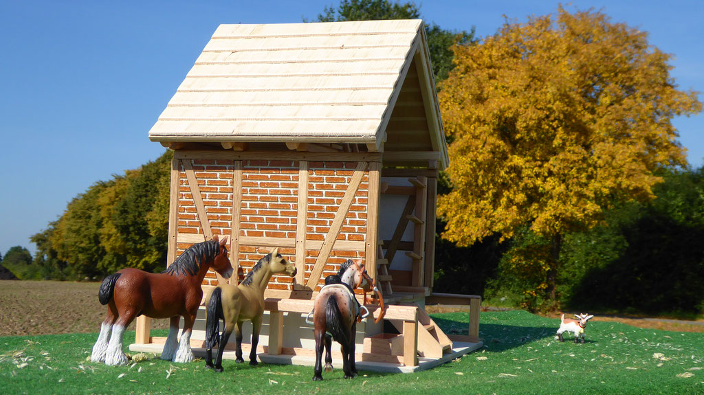 Schleich Pferde vor der Sattelkammer