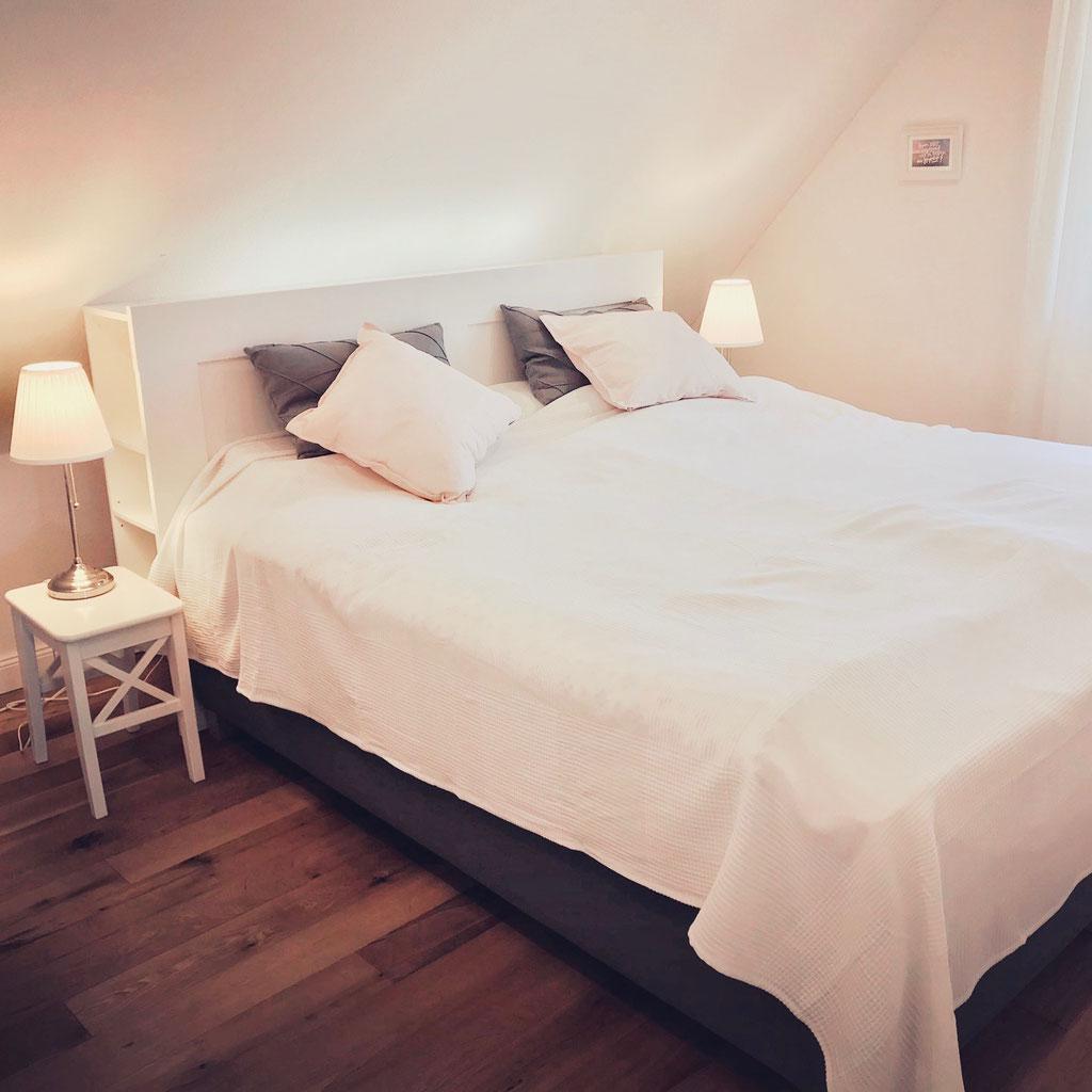 Schlafzimmer mit Boxspringbett 180x200 und TV