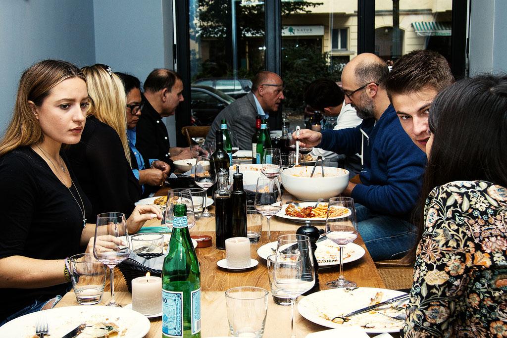 Food-Fotografie Gäste am Tisch