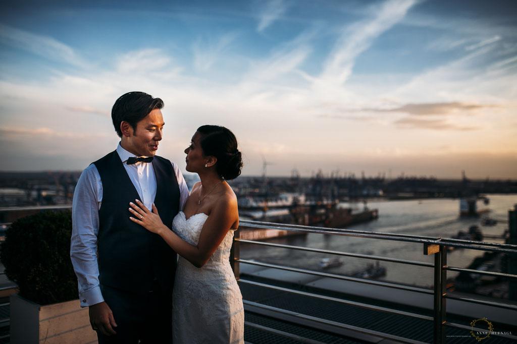 Paarfotos bei einer Hochzeitsfeier im Elb-Panorama Penthouse