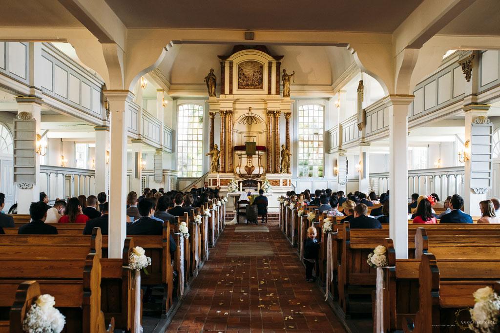 Kirchliche Trauung in der Nienstedtener Kirche // Fotografin: Anne Hufnagl