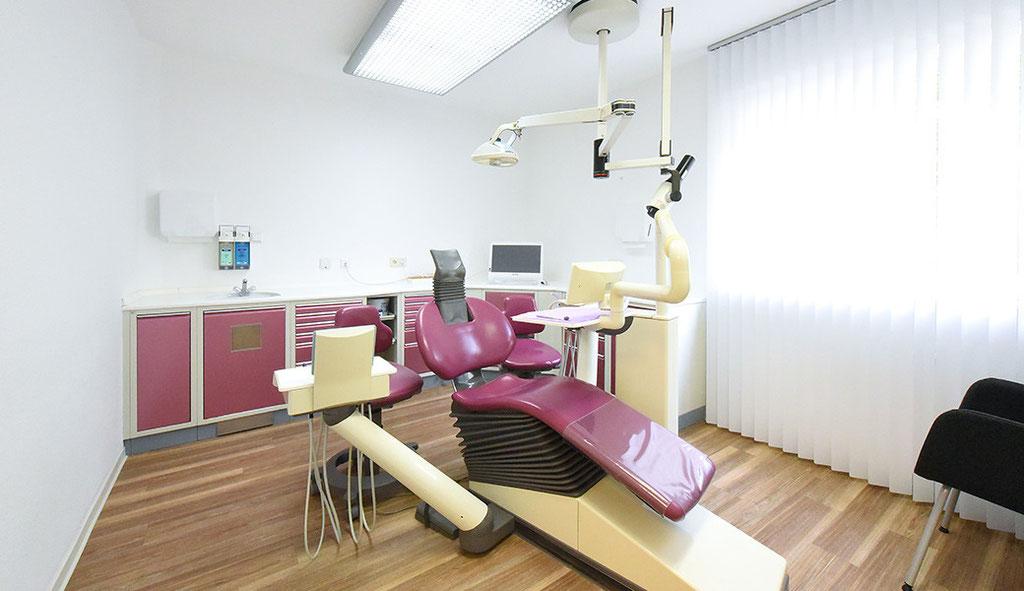 Fotografie: Peter Scheerer Stuttgart - Zahnarztpraxis Sarah Mayer Osterburken - Behandlungzimmer rot