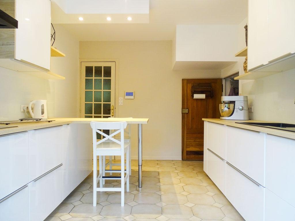 AL Intérieurs, agence architecture intérieur et décoration lyon, rénovation d'une cuisine aux teintes scandinaves, vue globale de la cuisine rénovée