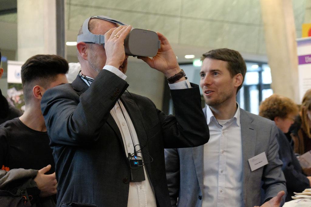 Tobias Meyer (IZGS) (rechts) erläuert die Möglichkeiten des Einsatzes von VR-Brillen. | Foto: EHD