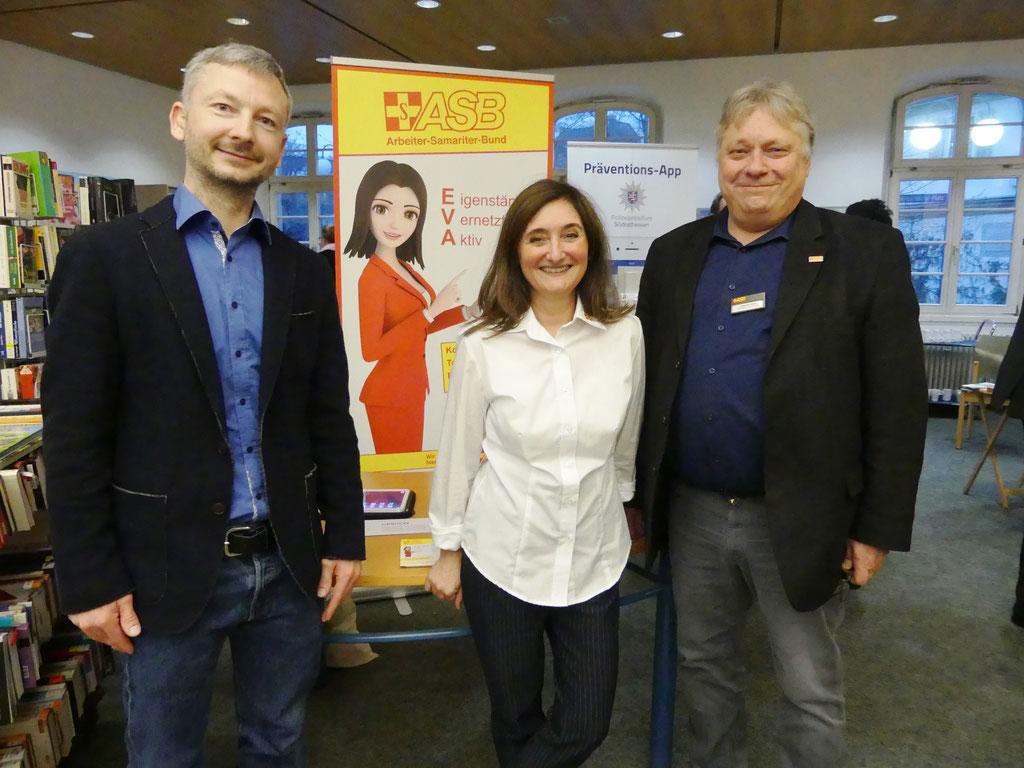 Dr. Matthias Heuberger (IZGS), Daniela Horn und Johannes Fellner (beide ASB Mittelhessen) informieren interessierte Senioren und Seniorinnen über das Projekt GESCCO  | Foto: IZGS