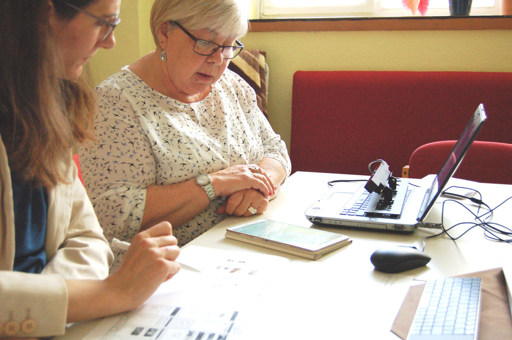 SeniorInnen haben andere Anforderungen an mobile Anwendungen (Apps). Im IZGS-Projekt GESCCO wird deshalb die innovative Blickverlaufsmessung (Eyetracking) verwendet.  | Foto: IZGS