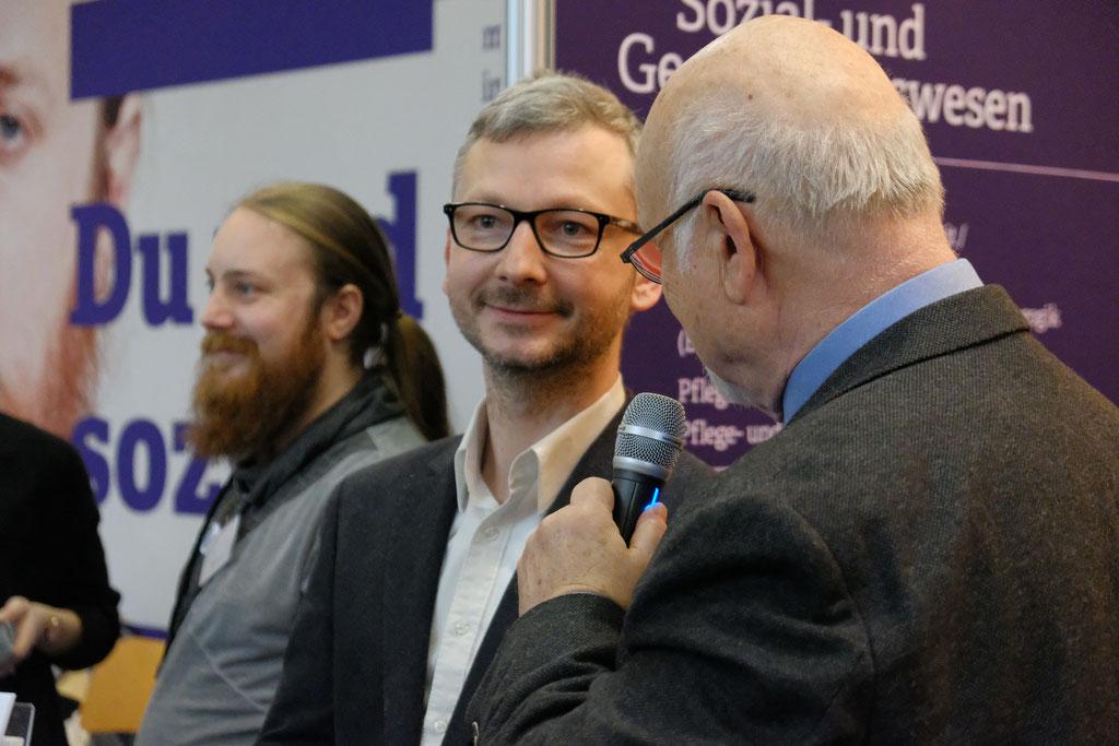 Dr. Matthias Heuberger (IZGS) (links) im Gespräch mit Prof. Dr. Bernhard Meyer zum Konzept von Seniorennetzwerken und dem Einsatz von Virtual-Reality. | Foto: EHD