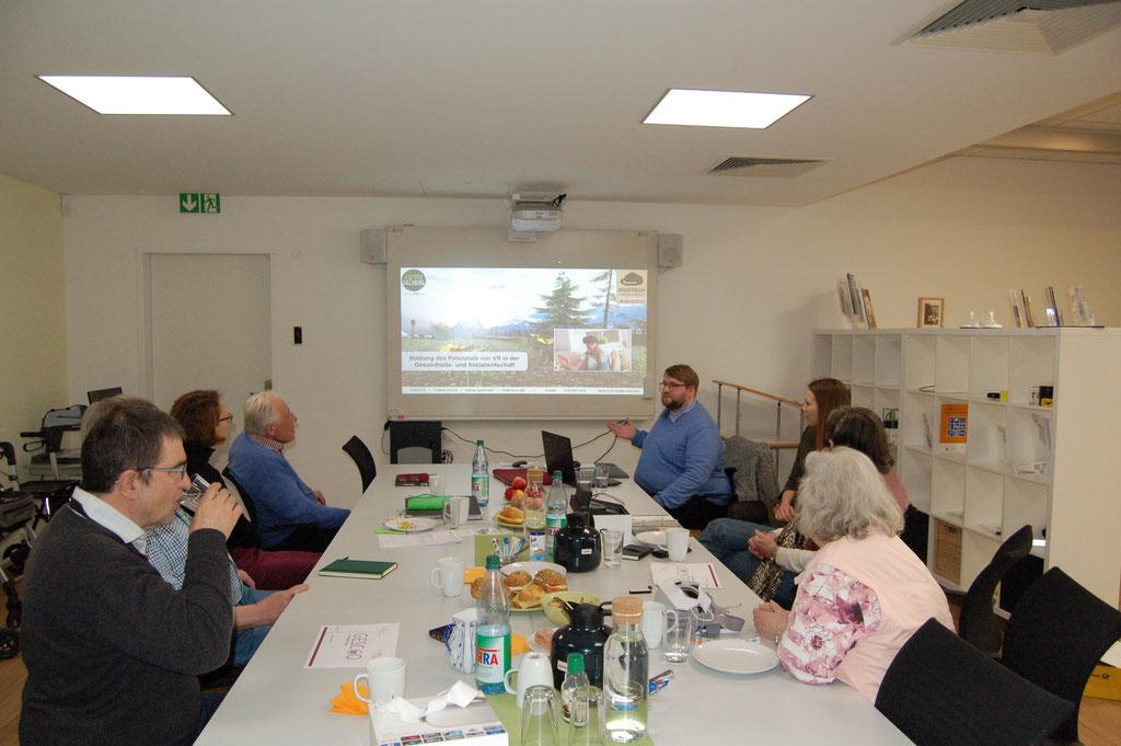In einer Gemeinschaft mehr erleben. Dr. Matthias Heuberger vom IZGS (vorne, Mitte) und Nicole Bruchhäuser (Amt für Soziale Arbeit Beratungsstelle für barrierefreies Wohnen Wiesbaden) (hinten, Mitte) mit Senior*innenn in Wiesbaden | Foto: IZGS