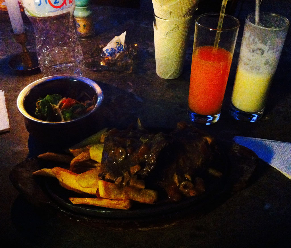 Ich liebe Dal Bhat, aber manchmal muss es dann doch Fleisch sein … Hier sind wir im K-Too, einem Steakhouse. Das Wasserbüffelsteak ist wirklich erste Sahne, butterzart, dazu Fritten, Salat … Preis verrate ich mal nicht, sonst hassen mich alle. ^^