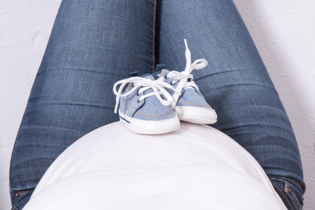 Babybauch, Schwangerschaft, Babybauchfoto, Schwangerschaftsfotografie, Erinnerungen, Mama to be, Erinnerung, Babyschuhe, Familie, Fotostudio