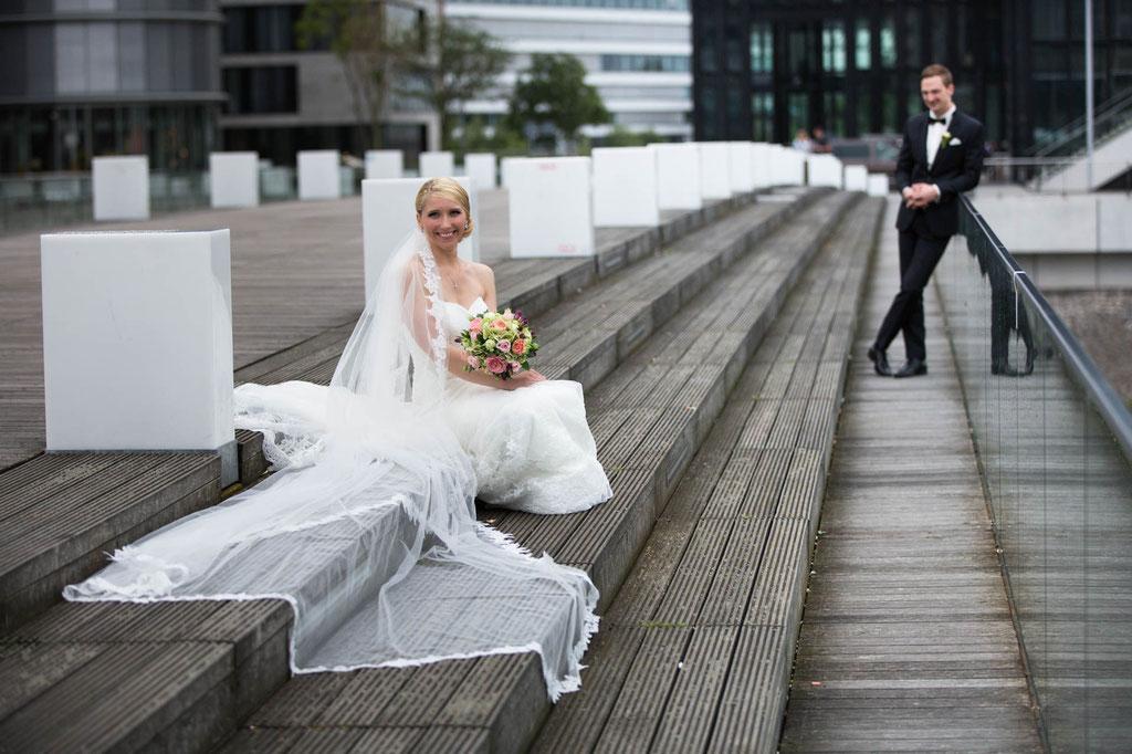 hochzeitsfoto Düsseldorf Treppe Medienhafen gelassen warten Kontrast