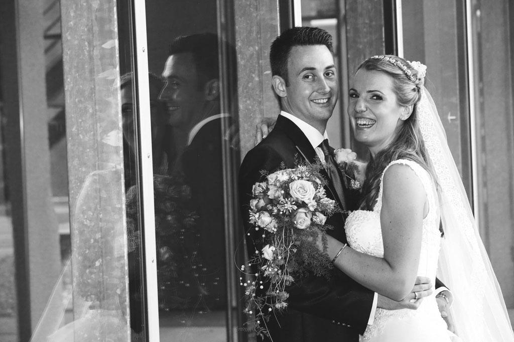 Hochzeit Fotograf Wuppertal NRW Ehe Glaswand Spiegelung