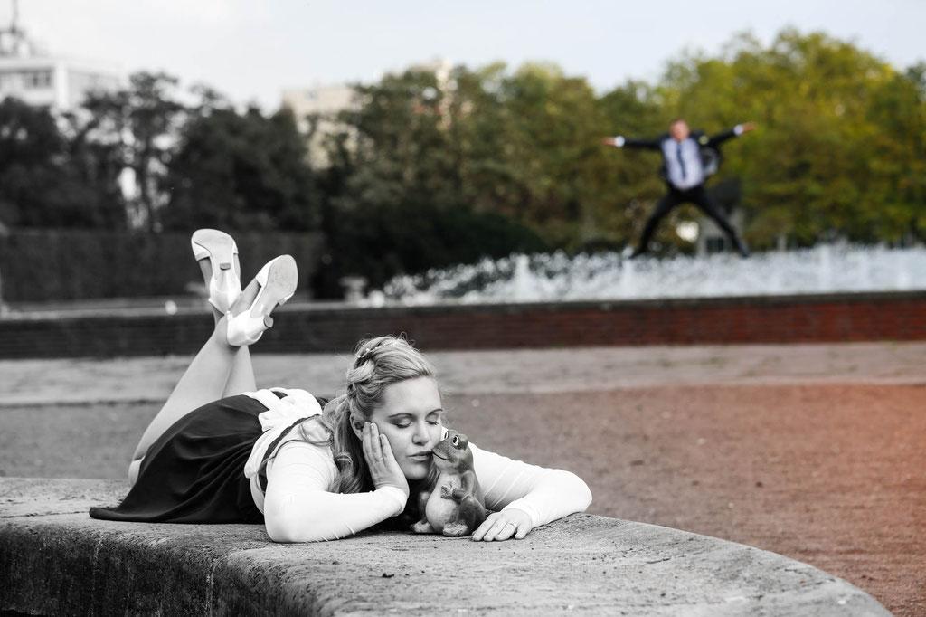 Hochzeit in Düsseldorf Fotograf Standesamt Braut küsst Frosch Wuppertal NRW