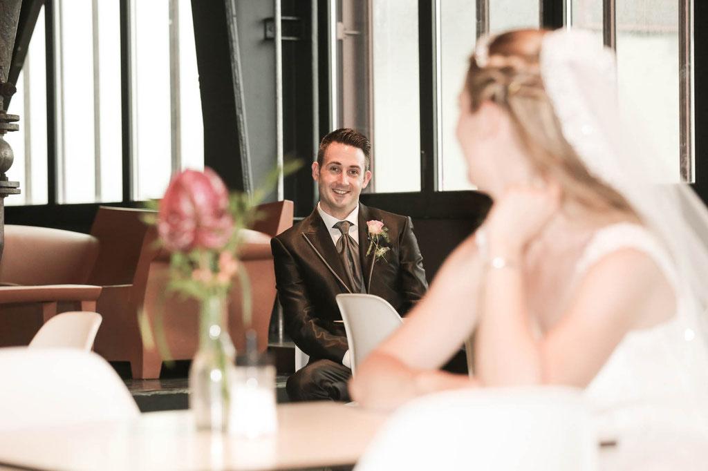 Hochzeit Foto verschmitzt glücklich Fotograf in Wuppertal Duisburg Düsseldorf