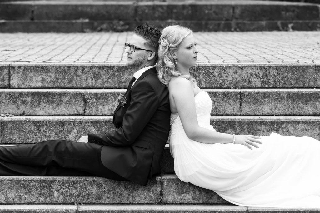 Hochzeit Fotograf Brautpaar auf Treppe in Remscheid Wuppertal NRW
