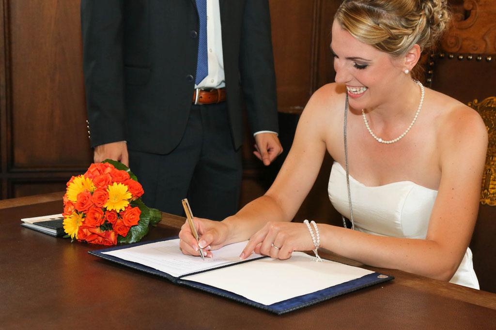 Hochzeit Fotograf Standesamt Duisburg und Essen NRW Unterschrift der Braut