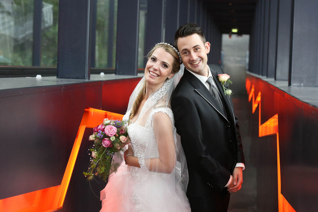 Hochzeitsfotograf aus Wuppertal NRW Rücken an Rücken Zusammenhalt Ehe