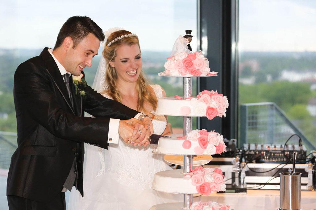 Hochzeitstorte anschneiden Fotograf  Begleitung während der Feier Wuppertal Duisburg