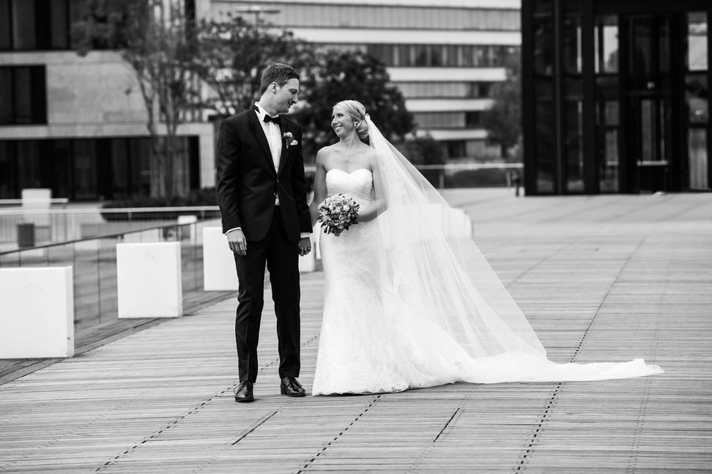 Hochzeit schöner Schleier Düsseldorf Medienhafen Fotograf in Wuppertal NRW